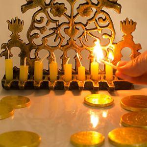 hechizos para atraer dinero con velas verdes y doradas